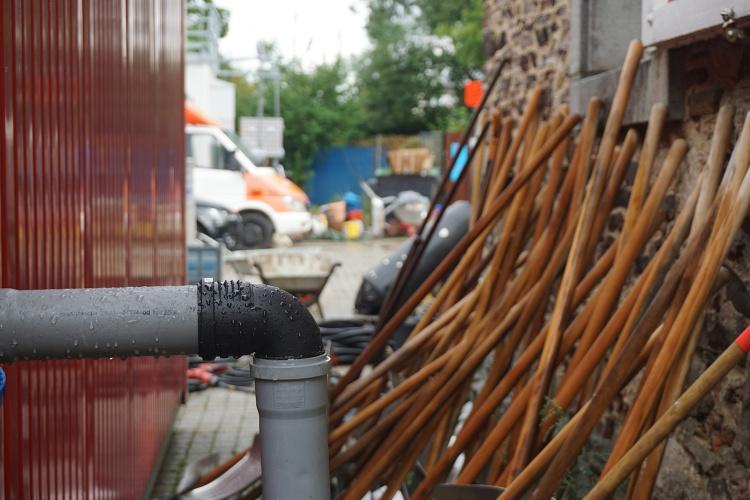 Bereit zum Einsatz: In Odendorf reihen sich Schaufeln an eine Wand. (Foto: Diakonie Katastrophenhilfe)