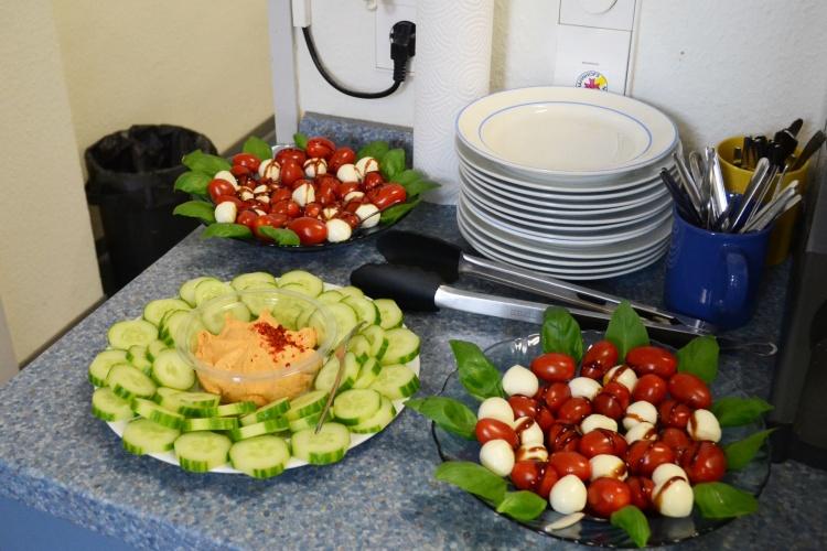 Es ist angerichtet: Gürkchen mit Dip und Tomate-Mozzarella.