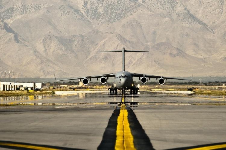 Air Base mit landendem Flugzeug in Afghanistan (Foto: pixabay.de)