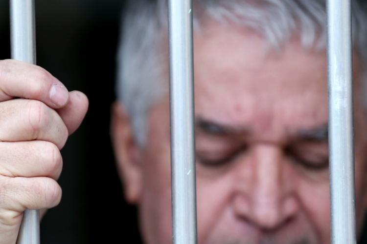 Alter Mann hinter Gittern (Foto: Shutterstock)