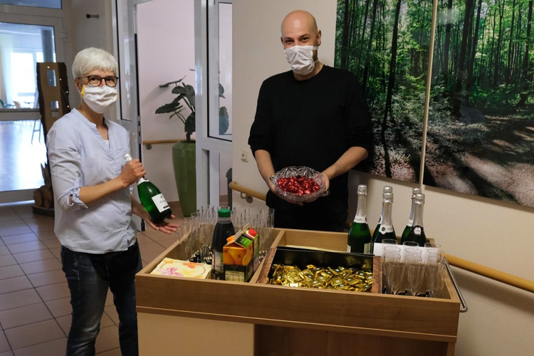 Auf ein Glas Sekt oder Eierlikör: Mit einer mobilen Mini-Bar fahren die beiden Mitarbeitenden Anja Schlicker und Marc Kleinevoß in die Wohnbereiche. (Foto: Diakonie Ruhr/ Vincke)