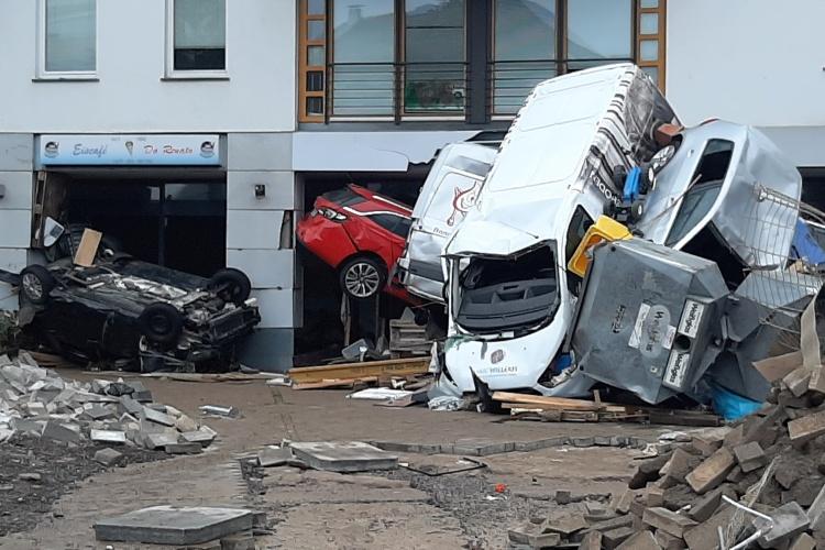 Von der Flut zerstörte Autos