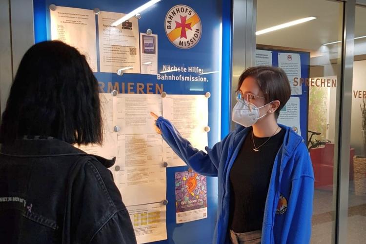 Mitarbeiterin der Bahnhofsmission Düsseldorf im Gespräch vor dem Aufenthaltsraum (Foto: Bahnhofsmission Düsseldorf)