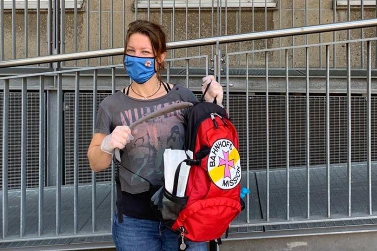 Mitarbeiterin der Bahnhofsmission Essen mit Rucksack (Foto: Bahnhofsmission Essen)