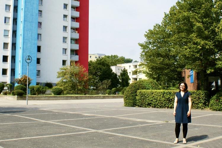 Direkt vor dem Ernst-Lange-Haus steht das höchste Hochhaus im Viertel. Barbara Dully leitet das Stadtteilzentrum der Diakonie Düsseldorf.