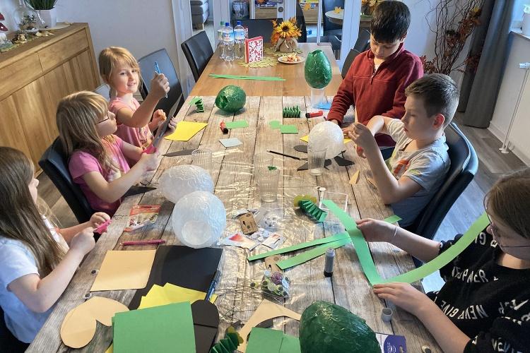 Gemeinsam basteln: In der Ev. Jugendhilfe Oberhausen haben die Kinder im Lockdown mit Luftballons kleine Kunstwerke geschaffen. (Foto: Ev. Jugendhilfe Oberhausen)