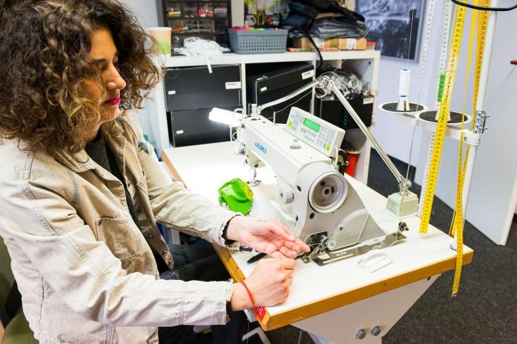 Maskennähen bei der Upcycling Firma Mano nella Mano der Stiftung Hephata