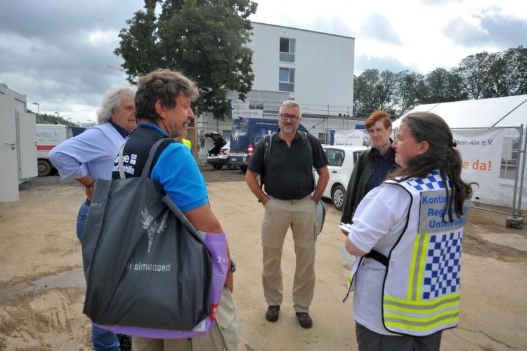 Diakonie RWL-Vorstand Christian Heine-Göttelmann mit Helfern vor dem Bethel-Hotel in  Bad Neuenahr