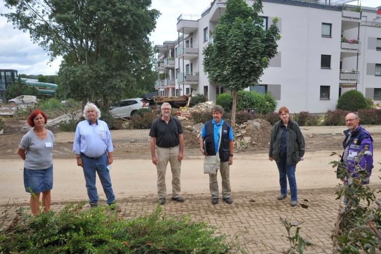 Diakonie RWL-Vorstand Christian Heine-Göttelmann mit Helfern der Hochwasserkatastrophe in  Bad Neuenahr