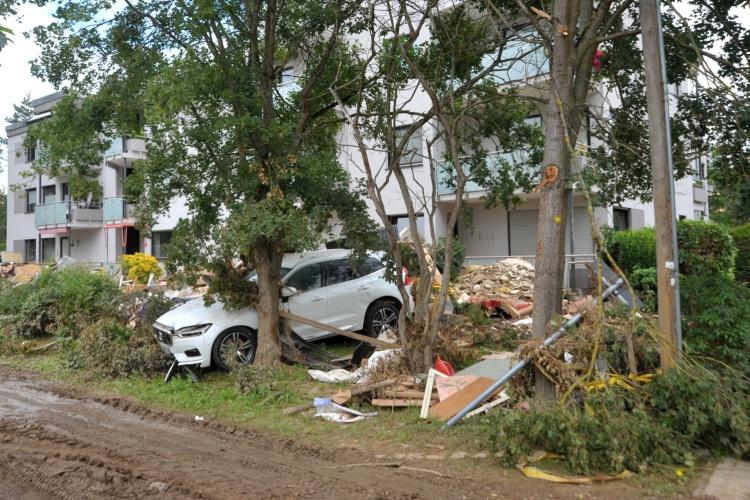 Kaputtes Auto im vom Hochwasser zerstörten Bad Neuenahr-Ahrweiler