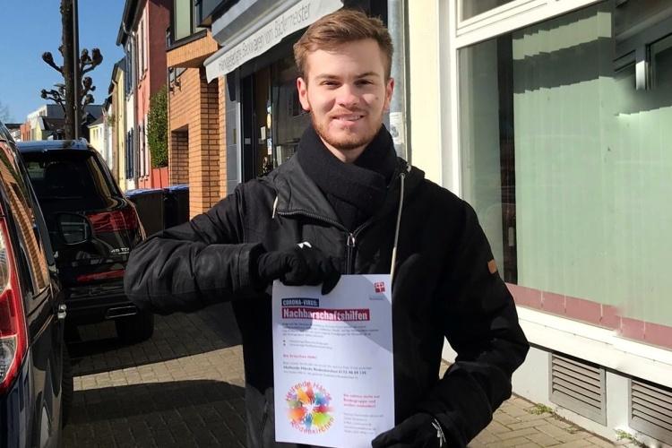 Wer kann helfen? Timon legt Flyer der Diakonie Michaelshoven aus. (Foto: privat)