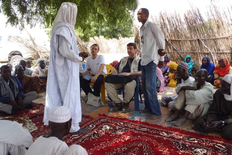 Hunger-Krise im Tschad: Tommy Bouchiba während Gesprächen mit lokalen Partnern 2011. (Foto: Diakonie Katastrophenhilfe)