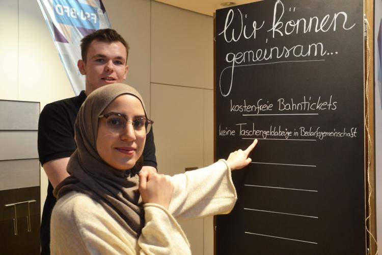 Deutliche Forderungen an die Politik: Dustin Meistus und Chaima Hamza Chaib stehen vor der Tafel mit für sie wichtigen Themen.