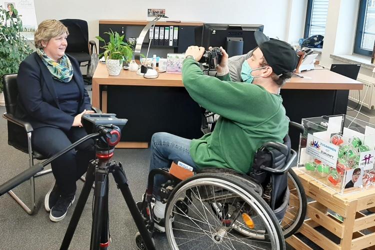 Kameramann Simon Roehlen zieht mit seiner Kamera die Schärfe während des Drehs mit Claudia Middendorf