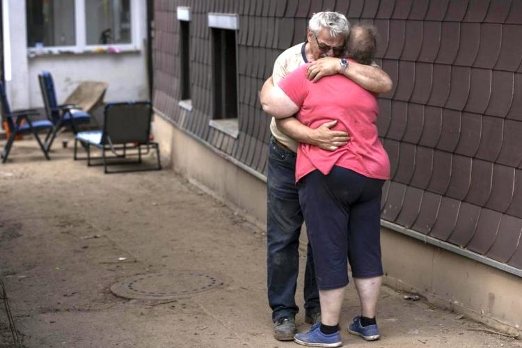 Verzweifeltes Ehepaar in Kall, das sich umarmt