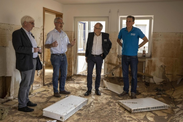 Diakonievorstände in einem zerstörten Wohnraum in Kall