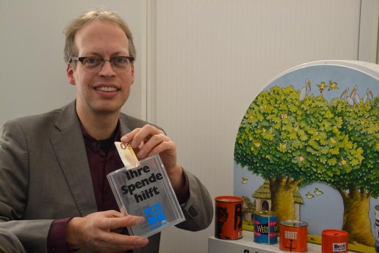 Diakonie RWL-Fundraiser Ulrich Christenn mit einer Sammeldose