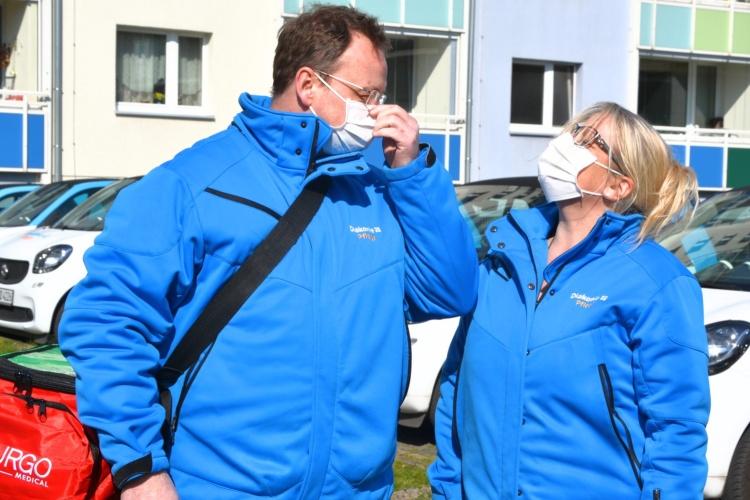 Pflegekräfte der Diakonie Dortmund mit Masken vor einem Haus (Foto: Diakonie Dortmund)