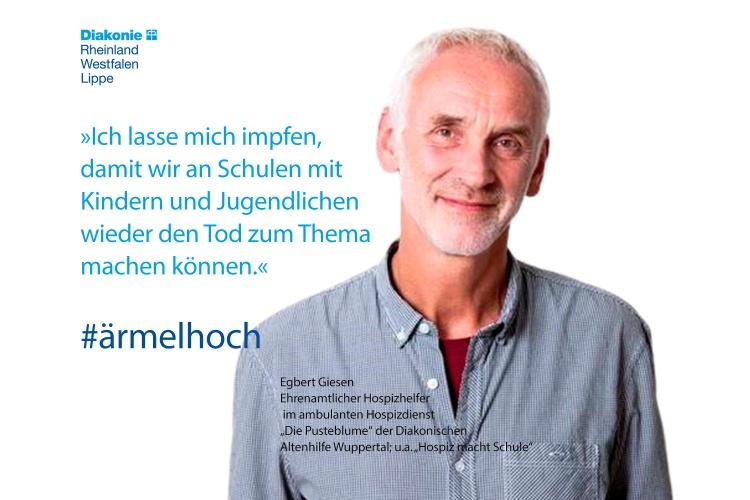 Egbert Giesen, ehrenamtlicher Hospizhelfer beim Hospizdienst Pusteblume der Diakonie Wuppertal, mit einem Impfstatement (Foto: Achim Konrad)