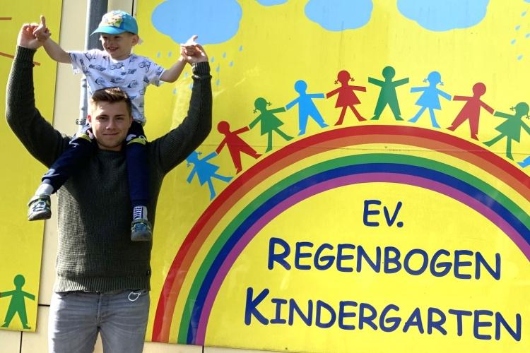Erzieher Marcel Raczka vor der Evangelische Regenbogen Kita in Arnsberg (Foto: privat)