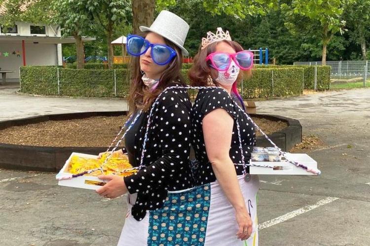 Zwei Mitarbeiterinnen der diakonischen Stadtranderholung in Lippstadt als Zirkusverkäuferinnen (Foto: Diakonie Ruhr-Hellweg)