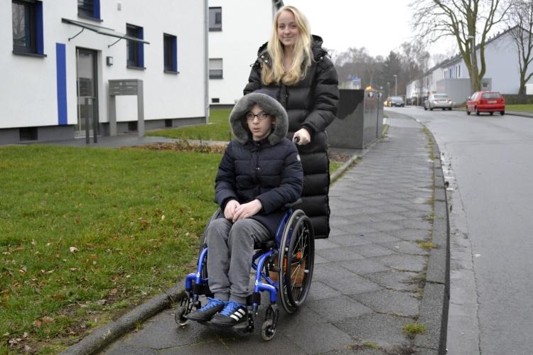 Leonie vom Familienunterstützenden Dienst der Diakonie Ruhr schiebt Alis Rollstuhl (Foto: Diakonie Ruhr)