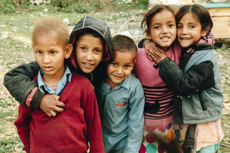 Flüchtlingskinder stehen dicht gedrängt im Hof