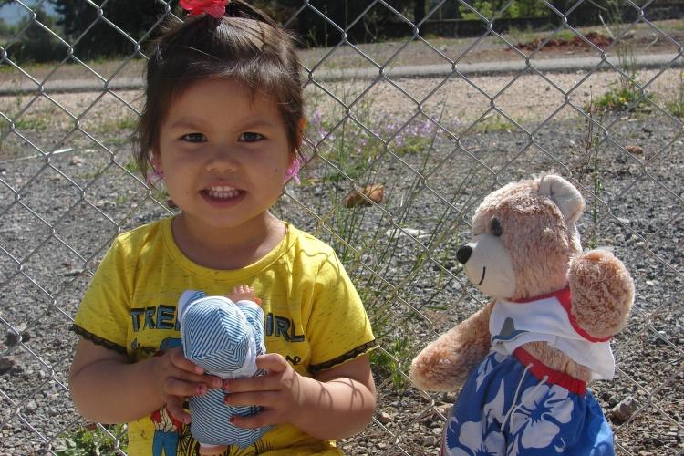 Mädchen mit Teddy im Flüchtlingslager