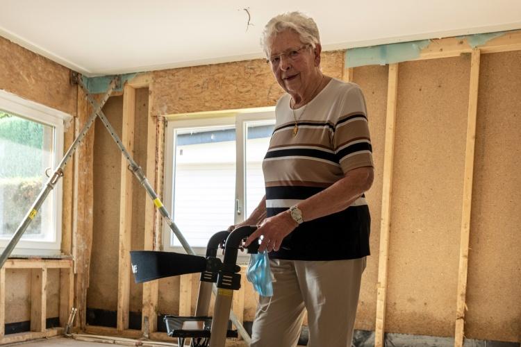 Seniorin Helga Wallraff steht in ihrer sanierungsbedürftigen Wohnung.