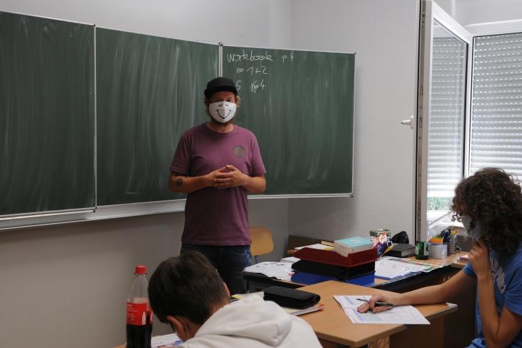 Auch Lehrer der Förderschulen des Neukirchener Erziehungsvereins tragen Maske (Foto: Neukirchener Erziehungsverein)