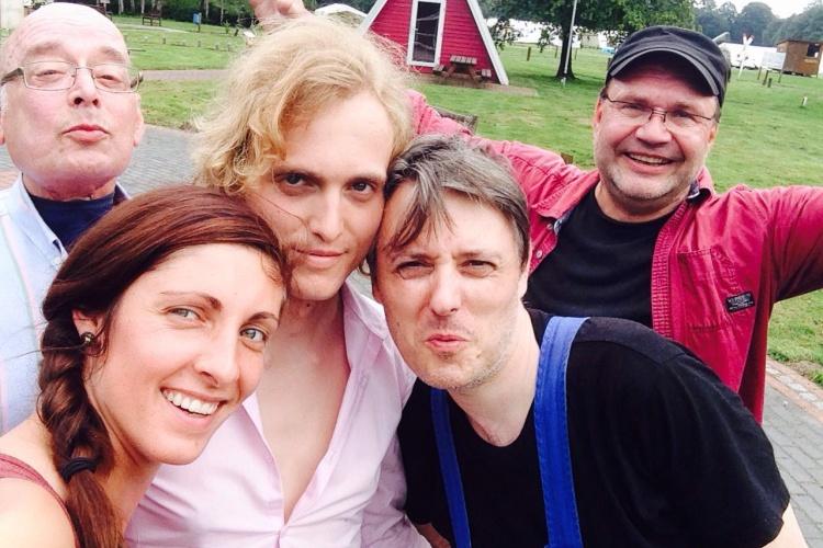 Sich engagieren macht glücklich: Peter, Jaqceline, Alex, Holger und Stefan  sind bei der Selbstvertretung wohnungsloser Menschen mit dabei.