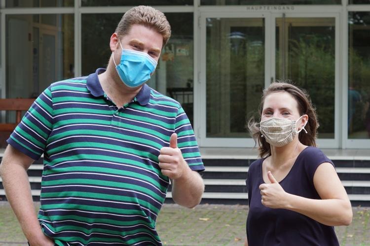 Maske auf und los geht es - Mathias Schmitten und Regina Kluck von den Freiwilligendiensten der Diakonie RWL