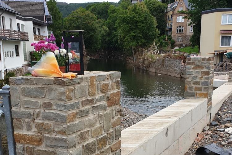 Erinnern: In Gemünd haben Einwohner Blumen an der Brücke niedergelegt. Hier ertrank ein Mensch. (Foto: Siemens-Weibring)