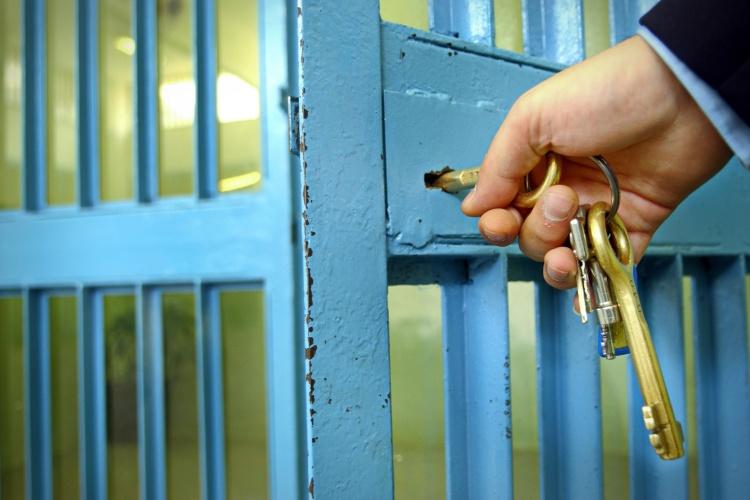 Gefängnistür wird aufgeschlossen (Foto Shutterstock)