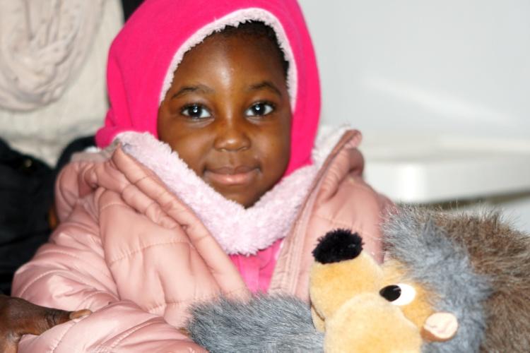 Amira freut sich, dass ihre Mutter eine neue Wohnung mit Hilfe des WofA-Projekts des diakonischen Sozialunternehmens GESA in Wuppertal gefunden hat