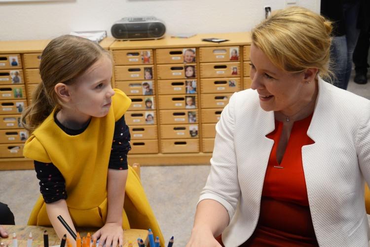 Was hast du heute gemacht?, fragt ein Mädchen Bundesfinanzministerin Franziska Giffey.
