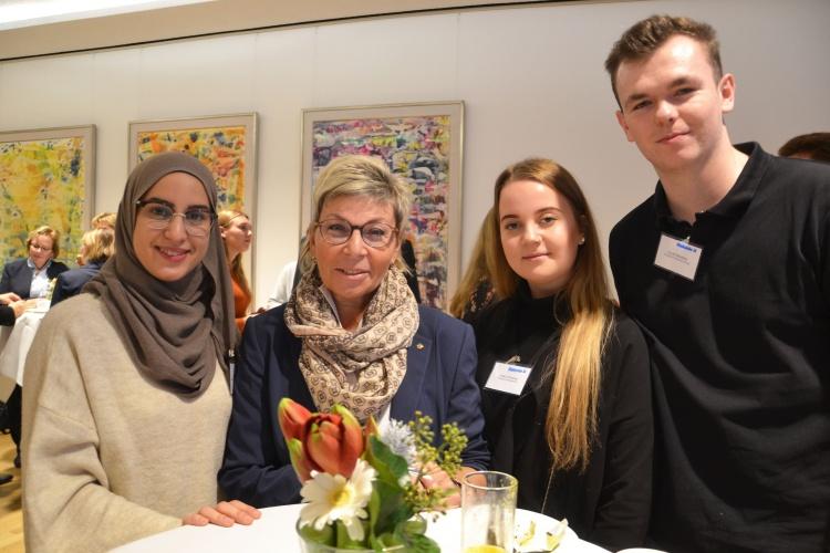 Carina Gödecke (Vizepräsidentin des Landtags SPD, zweite von links) mit den Freiwilligen Chaima Hamza Chaib (v. links), Leslie Jil Stracke und Dustin Meistus.