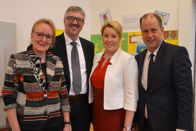 Diakonie-RWL-Vorstand Christian Heine-Göttelmann (zweiter v. l.) und Kita-Expertin Sabine Prott (links) tauschten sich mit Bundesfamilienministerin Franziska Giffey und NRW-Familienminister Joachim Stamp aus.