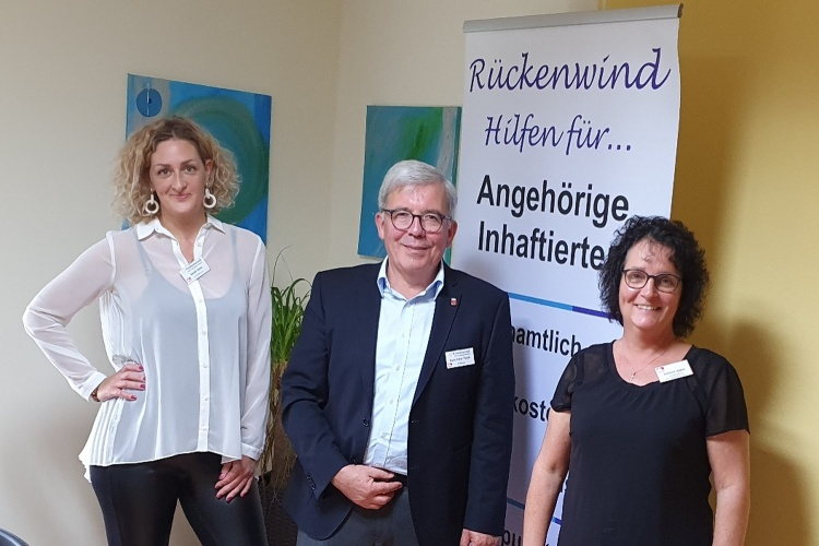 """Mitarbeitende des Projekts """"Rückenwind - HIlfen für Angehörige Inhaftierter"""", der mit dem Helmut-Simon-Preis der Diakonien in Rheinland-Pfalz ausgezeichnet wurde (Foto: Rückenwind)"""