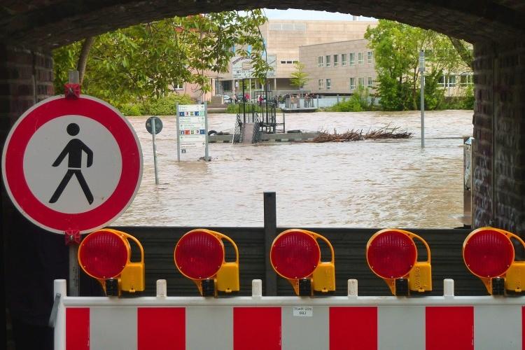Hochwasser hinter Brücke (Foto: pixabay)