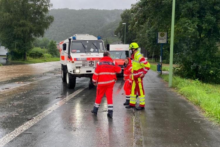 Drei Johanniter vor einem Katastrophenfahrzeug (Foto: Johanniter NRW)