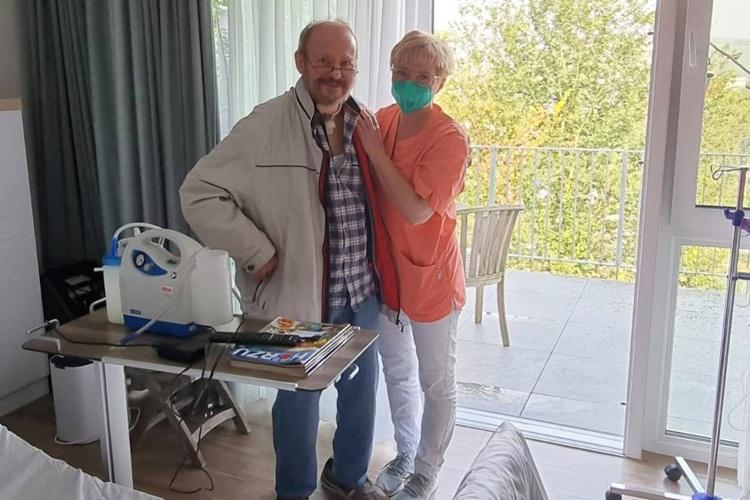 Hospizgast mit Pflegerin im Hospiz im AHrtal (Foto: Mann im Rollstuhl vor dem Hospiz im Ahrtal (Foto: Hospiz-Verein Rhein-Ahr)