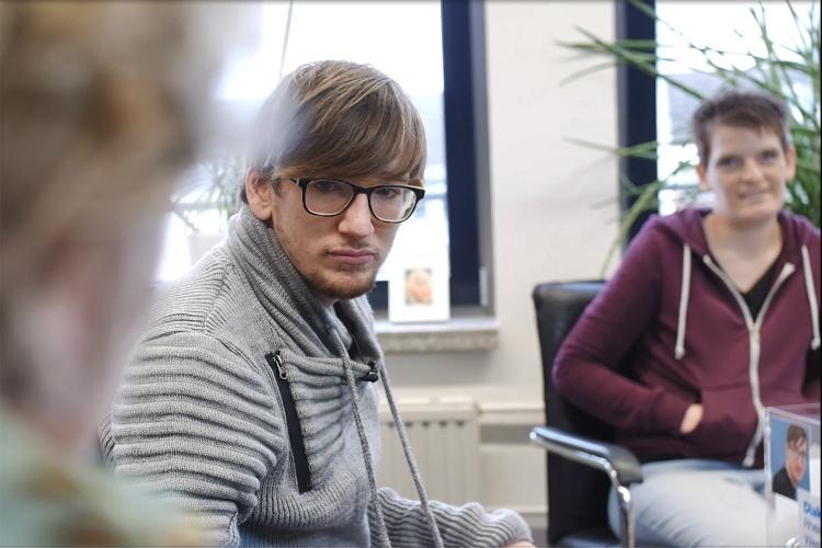 Philipp Fuchs und Zora Kiesow interviewen Landesbehindertenbeauftragte Claudia Middendorf.