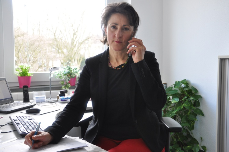 Diakonie RWL-Referentin Ioanna Zacharaki telefoniert mit ihrem Flüchtlingsprojekt auf Lesbos
