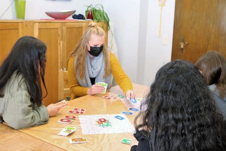 Heimerzieherin Michelle Blank beim Kartenspiel in der Mädchenwohngruppe (Foto: Stein/Diakonie Saar)