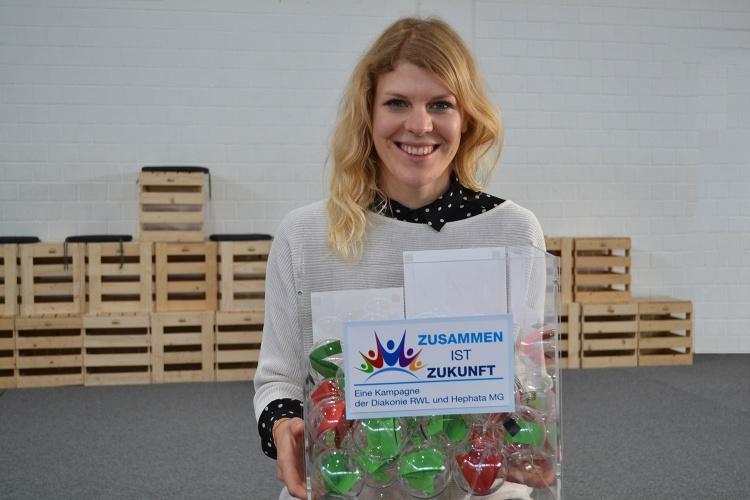 Die Leiterin der Schatzkiste der Diakonie Michaelshoven Julia Wefelnberg