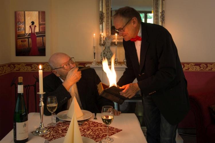 """Restaurantszene im Kalender """"Schönheiit im Alter"""" der Diakonie Ruhr für 2020"""