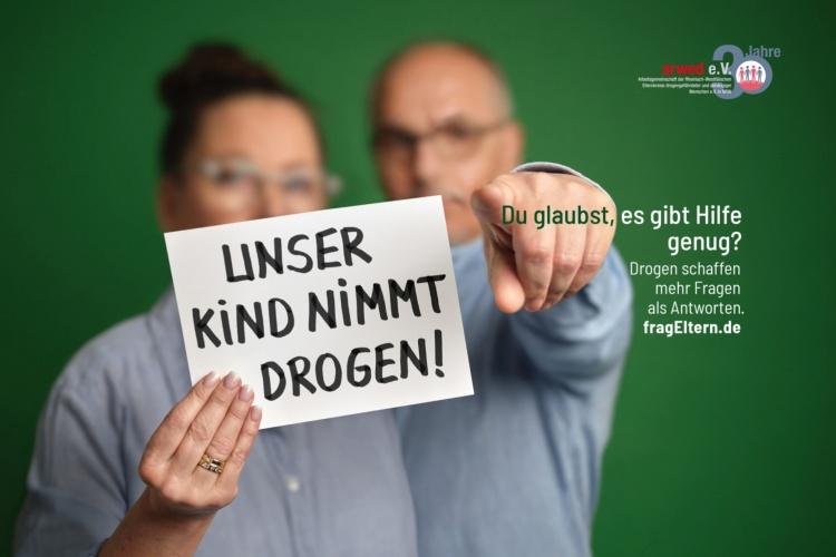 """Plakatmotiv mit Eltern der Kampagne """"FragEltern"""" (Foto: ARWED)"""