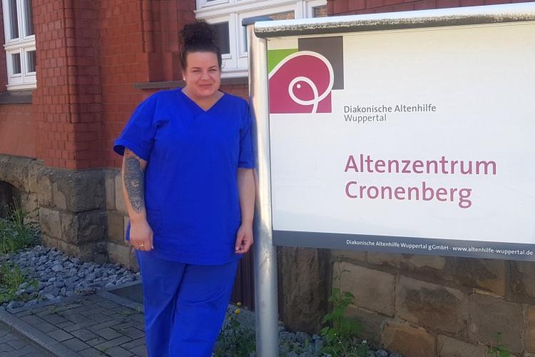 Altenpflege-Azubi Ricarda Kattwinkel vor dem Altenzentrum Cronenberg der Diakonischen Altenhilfe Wuppertal (Foto: privat)