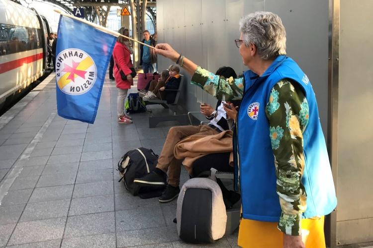 Mit Fahne und blauer Weste: Gisela Dickopf hat sich gut sichtbar hingestellt, um die Kinder abzuholen.